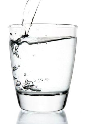Razones por la que se debe beber agua