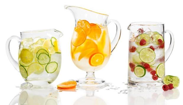 Agua con limón, o fresas o naranjas