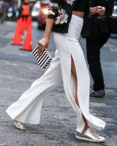 Pantalones con abertura y zapatillas